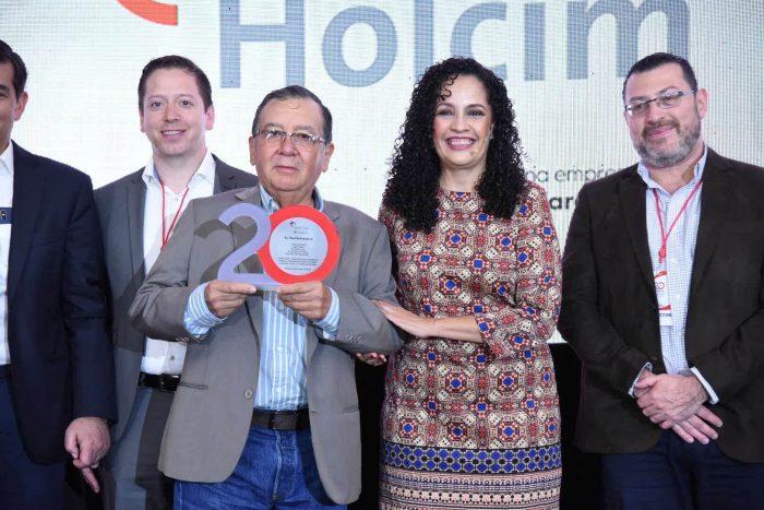 Reconocimiento a cliente desde hace 20 años Paul Ballesteros con Dolores Prado,CEO El Salvador, Nicaragua y Costa Rica
